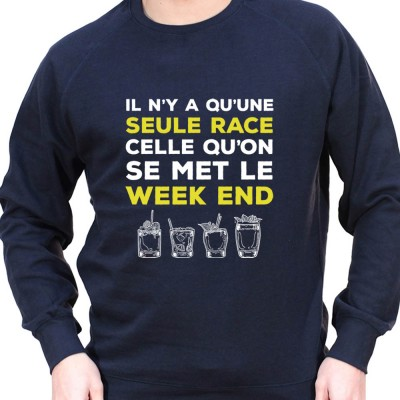 Il y a qu'une seul race celle du Week end – Sweat Crewneck Homme Alcool Tshirt Homme Alcool